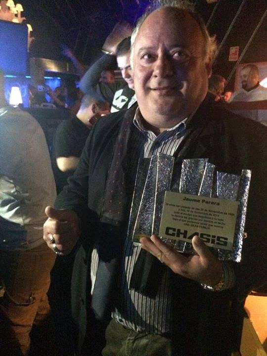 Jaume Perera, fundador de Chasis recogiendo una placa conmemorativa en el 25 Aniversario Chasis.