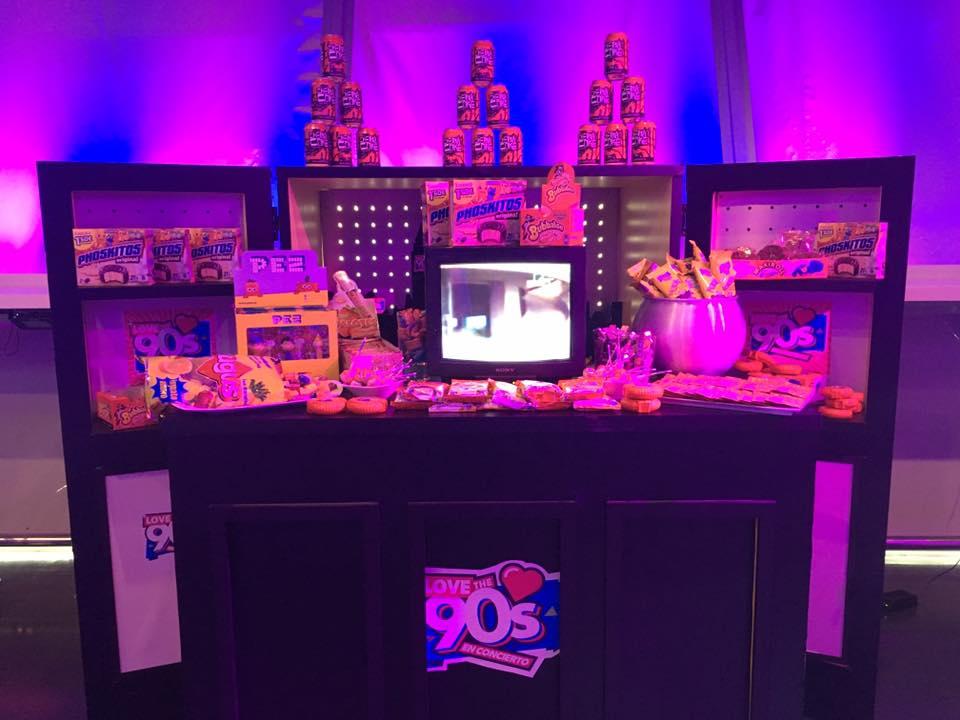 Kiosko de Love The 90s con caramelos Pez, chicles BOOMER y Cherry Coke entre otros.